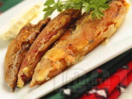 Печени белени червени чушки панирани с яйца, галета и брашно - снимка на рецептата